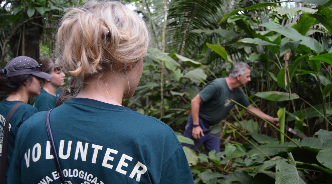 Personal de Projects Abroad hablándole a voluntarios sobre la vida silvestre de Perú.